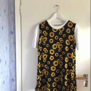 Superfin klänning med solrosor! Kort i längden. Möts upp i Stockholm eller fraktar mot fraktkostnad senast 17/09 (pga flytt). 🌻