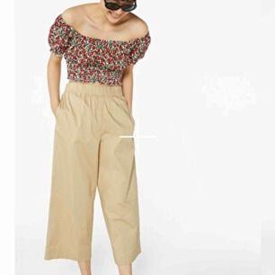 Supersnygga trousers från Monki. Nypris 300 kr, säljer för 100 + frakt. Helt nya, provat endast en gång 🤩
