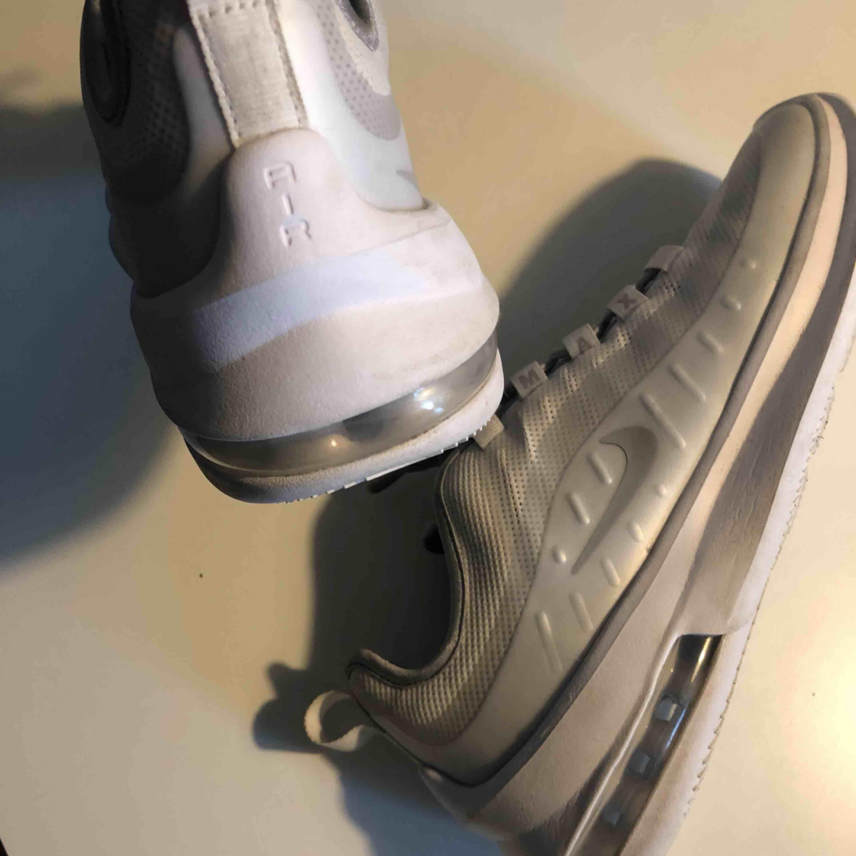 Skor som är lite smutsiga men man kan nog tvätta bort det  Köpta för 1000kr så ett billigt pris . Skor.