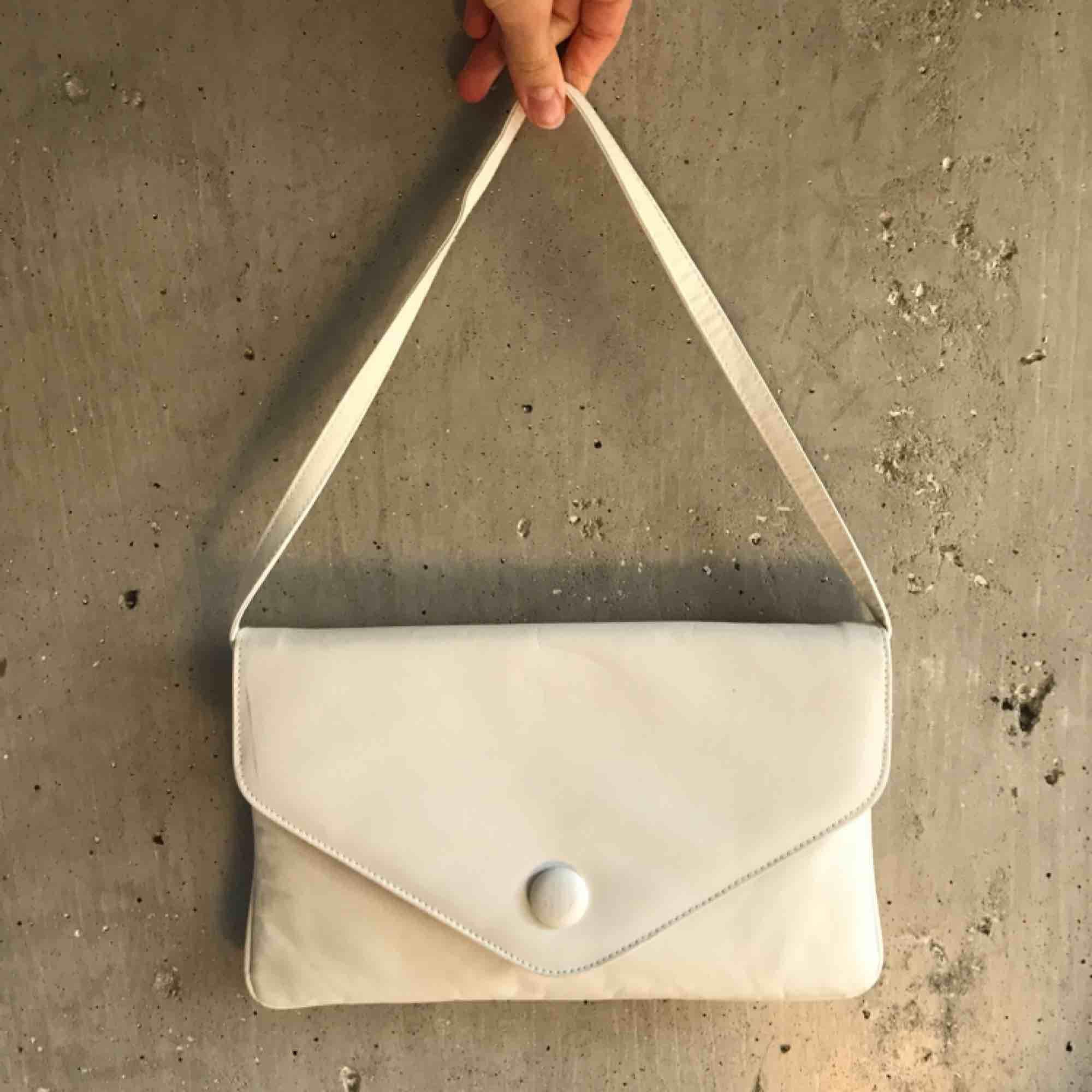 Asfin shoulderbag i bra använt skick! Lite märken varav priset, skickar bilder om det önskas🥰 går att ha som shoulderbag och axelremsväska🤪. Väskor.
