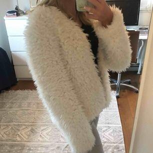 Helt oanvänd fluffig vit jacka/kofta från H&M. Köpt för 499kr. Frakt ingår. Jättebra skick i med att den aldrig är använd, säljer den pga att jag inte kommer använda den!