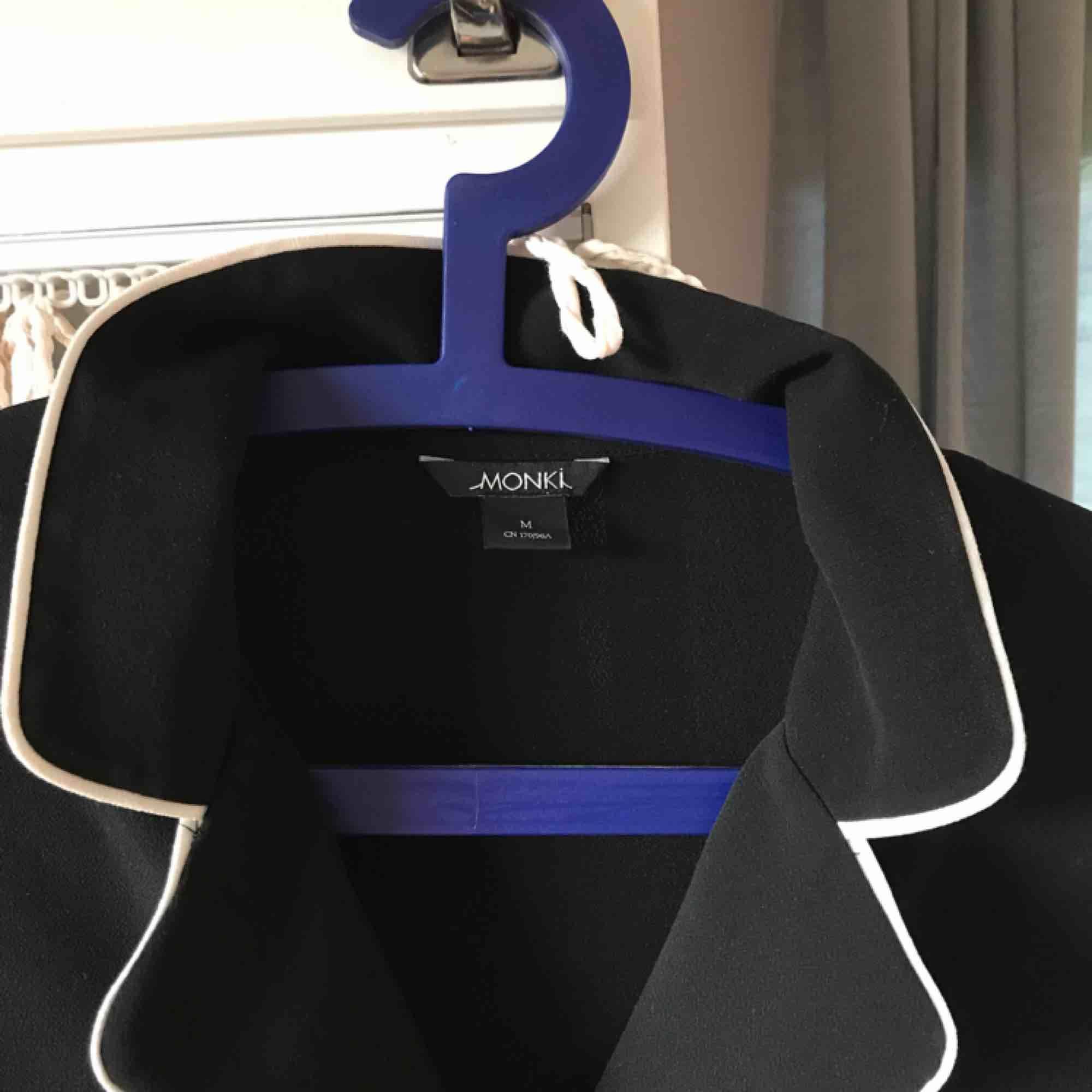 Så snygg blus från Monki :-) knappt använd, köpt för cirka 2 år sedan! Spårbar frakt inräknat i priset!. Blusar.