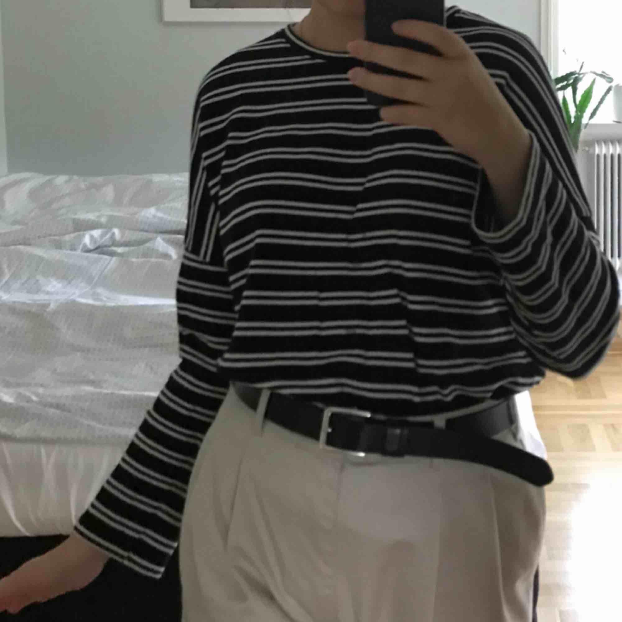 Långärmad tröja från Monki! Köpt för cirka 1 år sedan men knappt använd! Storlek small men passar medium bättre :-) spårbar frakt inräknat i priset!. Huvtröjor & Träningströjor.