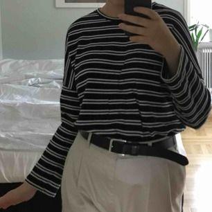 Långärmad tröja från Monki! Köpt för cirka 1 år sedan men knappt använd! Storlek small men passar medium bättre :-) spårbar frakt inräknat i priset!