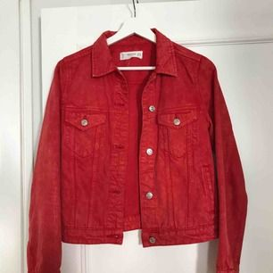 Svincool röd jeansjacka som jag säljer för att den är för liten. Använd fåtal gånger och ser helt oanvänd ut❤️💋👠🌹