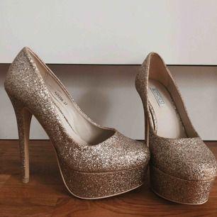 Glittriga platåklackar från NLY shoes. Aldrig använda. Klacken är 11 cm.