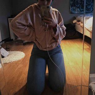Stretchiga jeans från Spanien, står storlek 40 men passar S perfekt. Använt fåtal gånger, super sköna. Frakt tillkommer