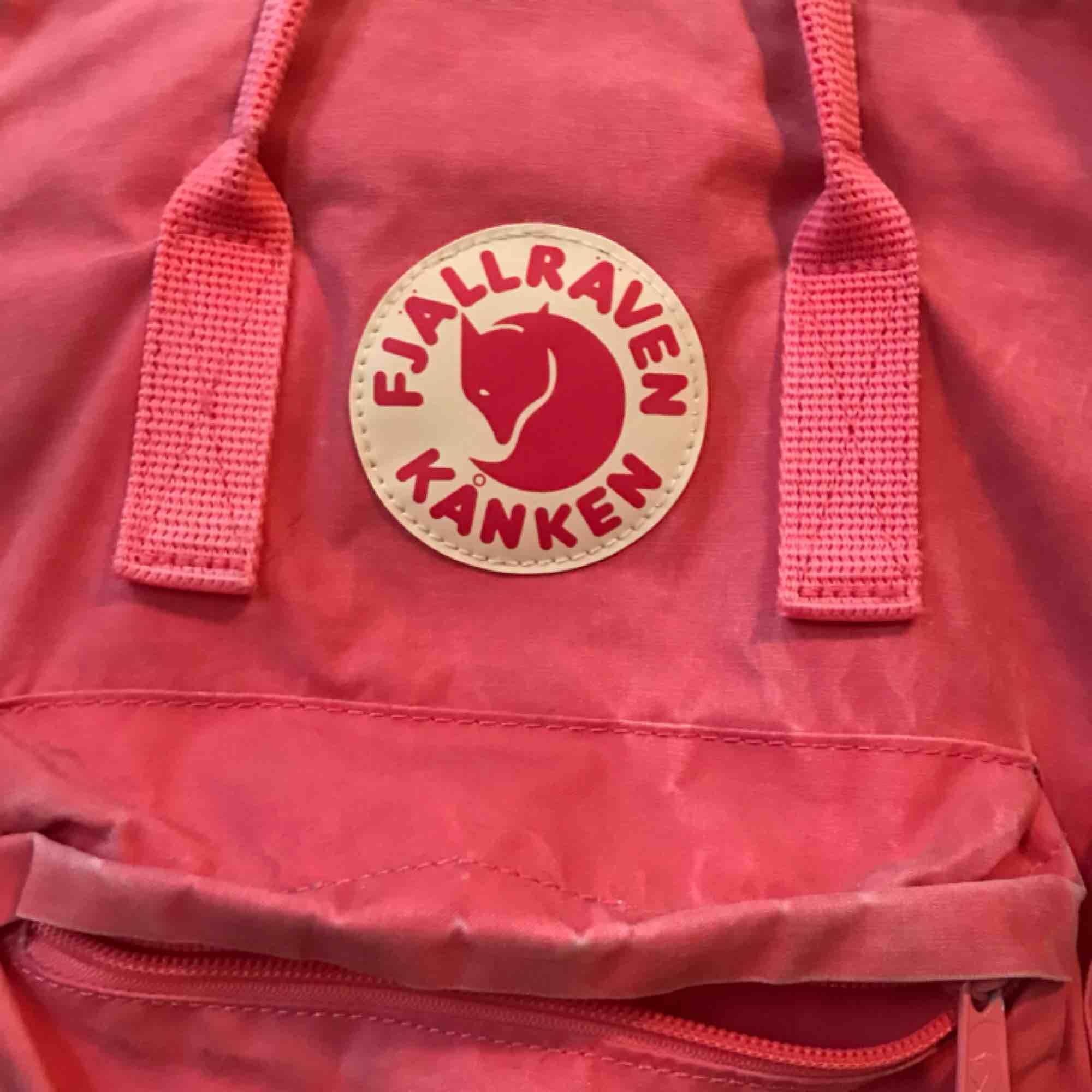 Normal storleken av kånken fjällräven, väl använd men fortfarande i gott skick. Köpt för 899 kr. Är smutsrosa, ser ut att vara mer intense rosa på bilderna. . Väskor.