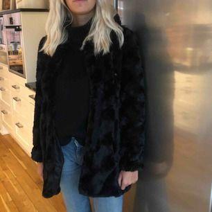 Jätte fin fake päls jacka från Vero Moda! Använd max 5 gånger!