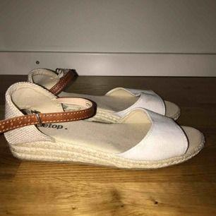 Jättefina, knappt använda sandaler med kilklack. Inte så bra att gå långa sträckor i dock, tyvärr är de för snår för mig;(💛