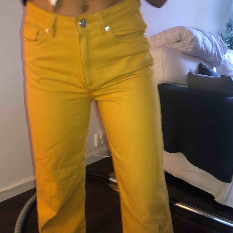 Senapsgula jeans från Monki. Frakt tillkommer💛 . Jeans & Byxor.