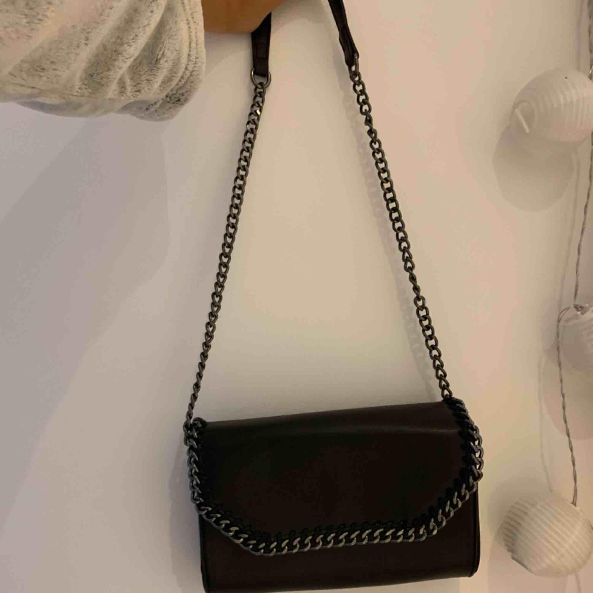 """Säljer en fin väska som tyvärr inte kommer till användning. Inredningen i väskan är två fack, ett med dragkedja och ett """"vanligt""""🥰 köparen står för frakt!. Väskor."""