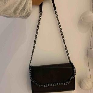 """Säljer en fin väska som tyvärr inte kommer till användning. Inredningen i väskan är två fack, ett med dragkedja och ett """"vanligt""""🥰 köparen står för frakt!"""