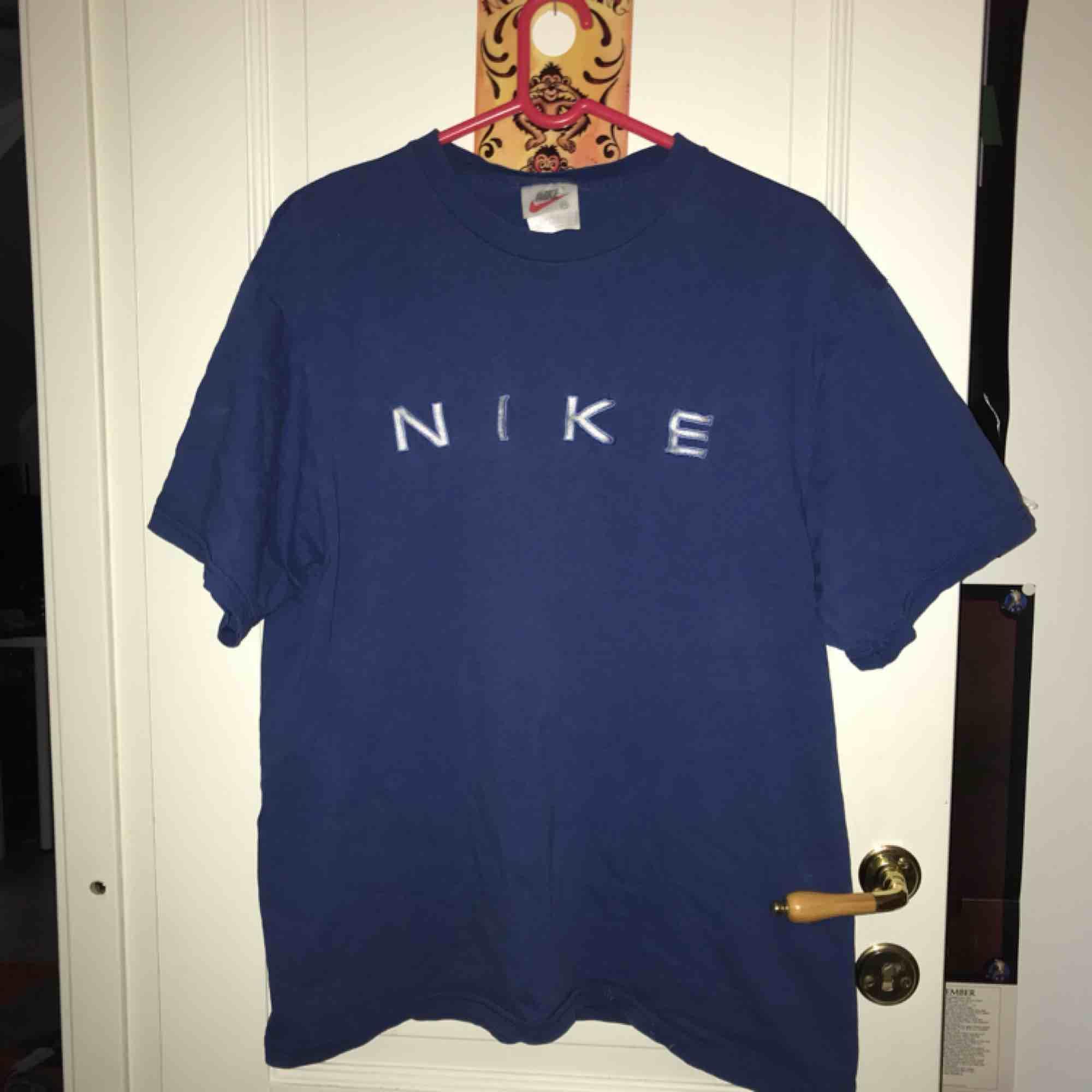 Jättefin t-shirt från Nike 🥰 Kan mötas upp i Gävle eller frakta då köparen står för frakten❤️ Kolla gärna in andra plagg från mig!! 😘. T-shirts.