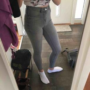 Två par molly jeans från gina tricot. 175kr/st. Ett par beiga och ett par grå. Bra skick. Exl. frakt <33