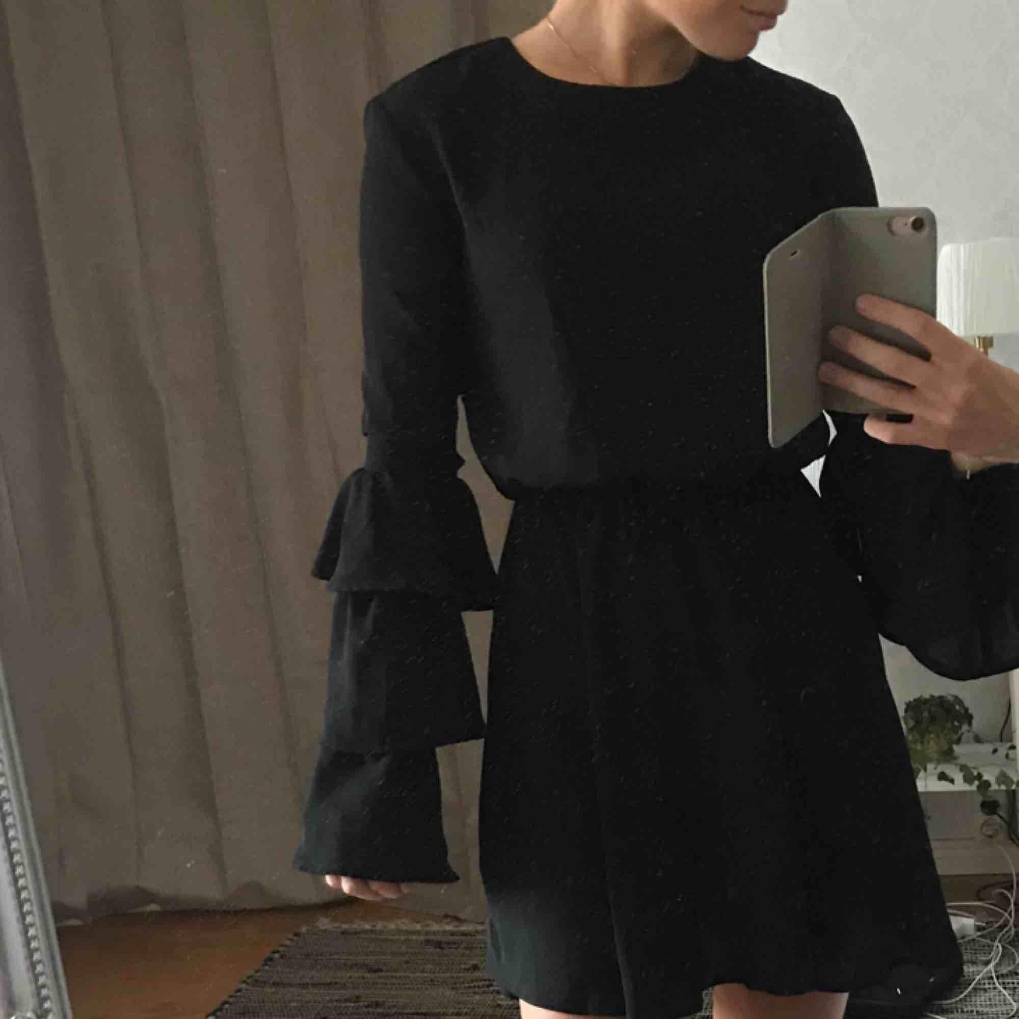 Klänning från ivy revel med volangärmar Tyvärr är den för tight i ärmarna på mig och säljer därför Frakten står köparen för. Klänningar.