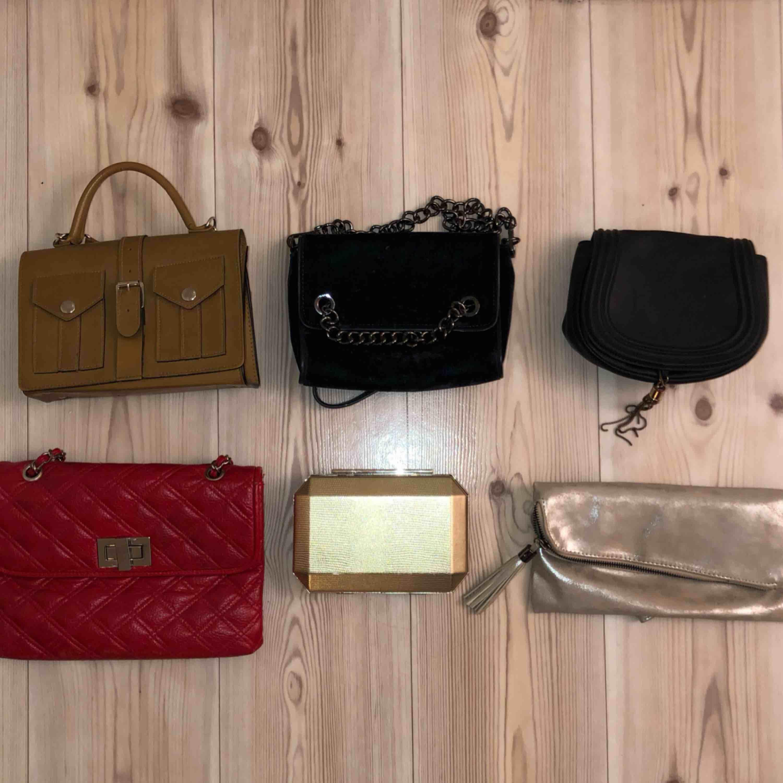 Säljer massor av väskor jag inte längre använder! Skriv i pm om ni är intresserad utav någon väska så kan jag skicka bättre bild och säga pris 😌 Finns att hämta upp i Växjö annars står köparen för frakt.. Väskor.
