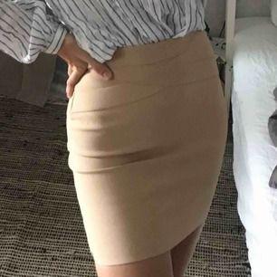 Tajt och stretchig kjol från bikbok Strl XS men passar oxå för en XXS Är inte bekväm i korta kjolar så därför har jag aldrig fått användning av den dragkedjan syns lite när jag har den på, vet inte om det är så för alla Frakten står köparen för