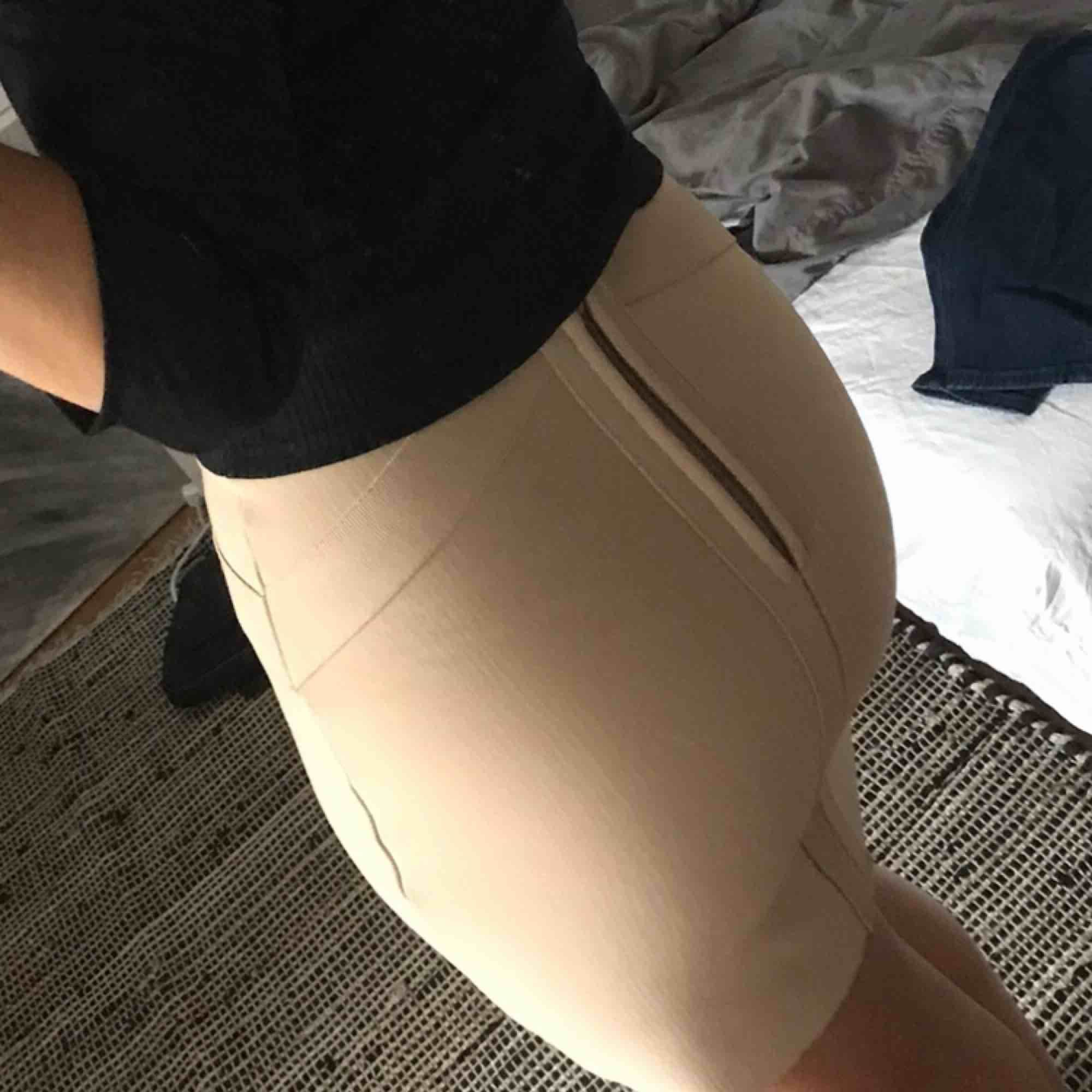Tajt och stretchig kjol från bikbok Strl XS men passar oxå för en XXS Är inte bekväm i korta kjolar så därför har jag aldrig fått användning av den dragkedjan syns lite när jag har den på, vet inte om det är så för alla Frakten står köparen för. Kjolar.