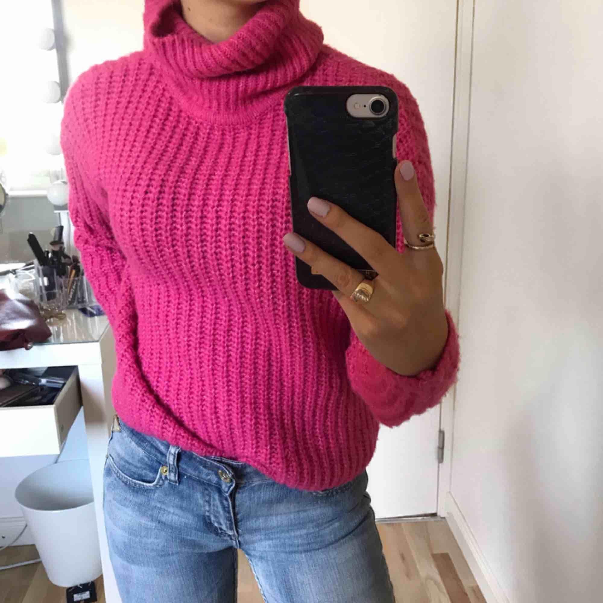 Rosa stickad polo tröja, super stretchig så skulle säga att den passar xs-m ! 💫. Tröjor & Koftor.