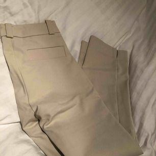 Knappt använda kostymbyxor i storlek 34! Frakt går på ca 60kr!