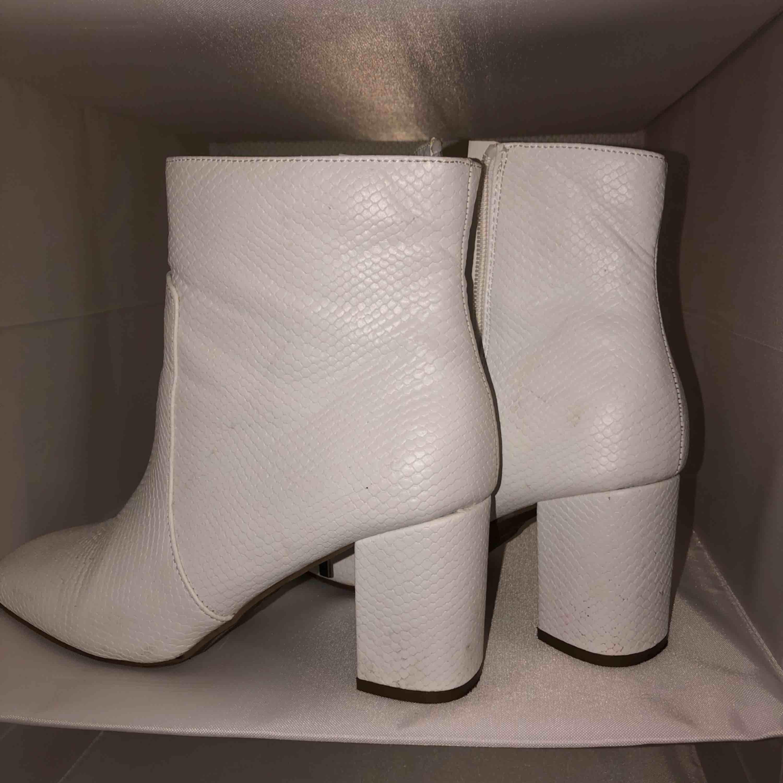 Ett par supersnygga vita klackskor köpta i London, endast använda 1 gång. Säljes pga ingen användning!. Skor.