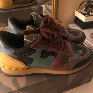 Valentino sneakers använda ett fåtal gånger, har kvar kartonger, extra skosnören och skoppåsar.