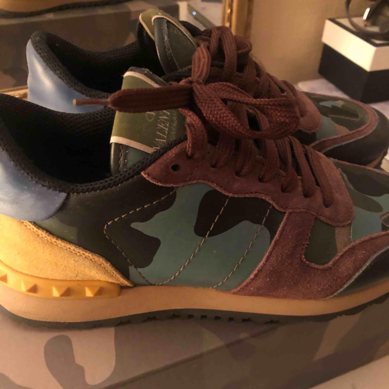 Valentino sneakers använda ett fåtal gånger, har kvar kartonger, extra skosnören och skoppåsar. . Skor.