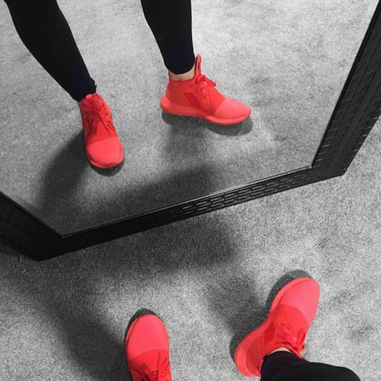 Röda tubular sneakers från adidas, nyskick använda ett fåtal gånger . Skor.