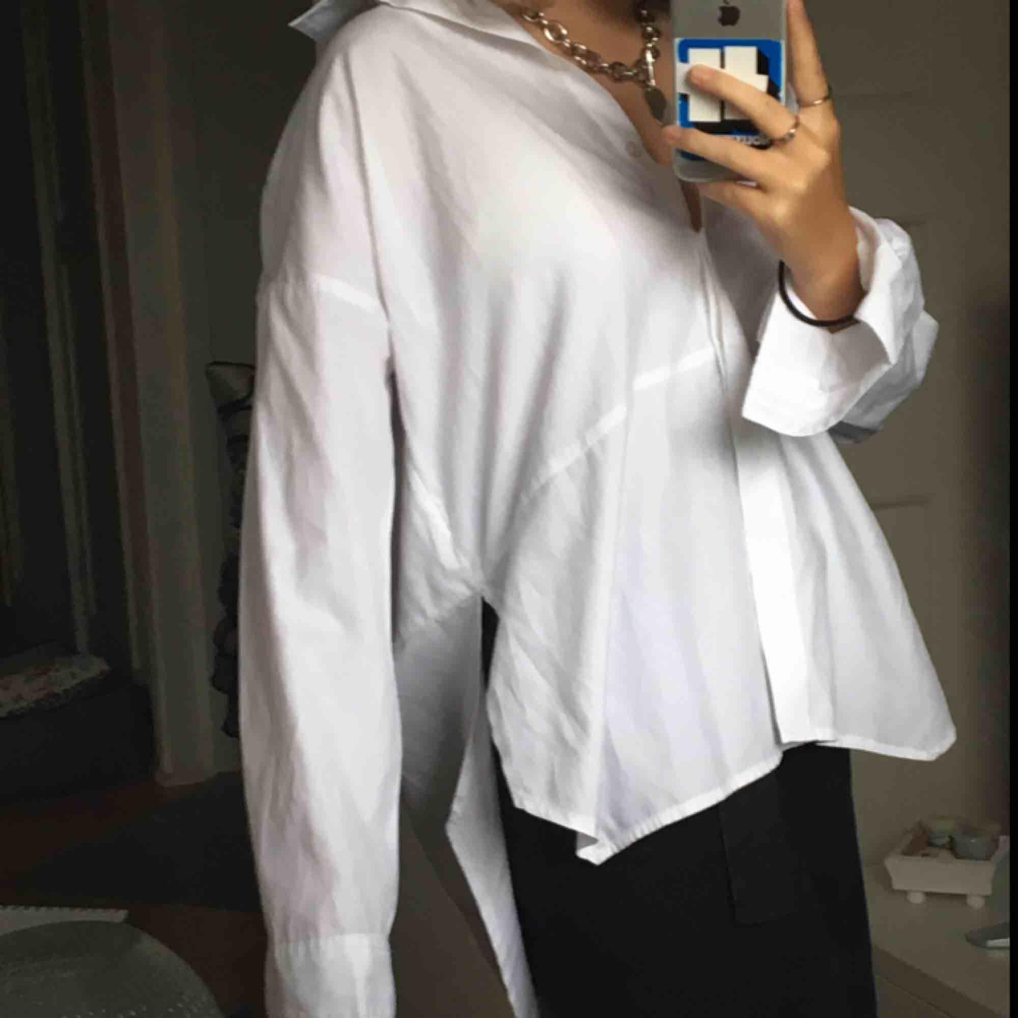 jätteskön vit skjorta med slit!💖. Skjortor.