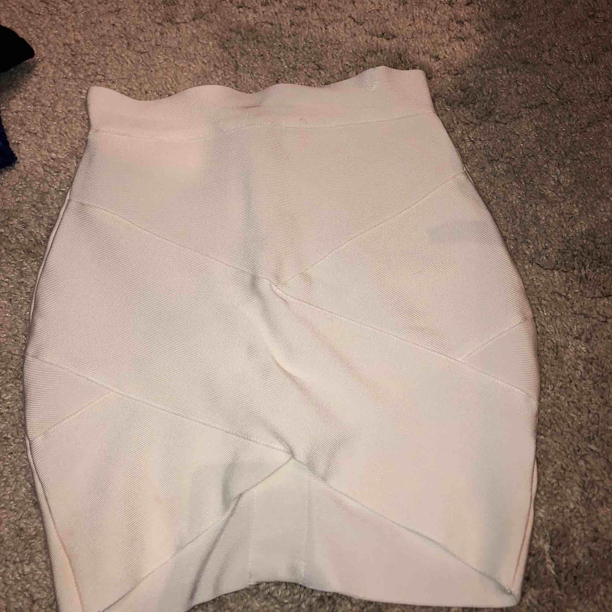 Vit tight kjol från Lovely Of Sweden använd fåtal gången men i mycket bra skick, super fin och sitter som en smäck! Köparen står för frakten 59kr. Jag tar swish . Kjolar.