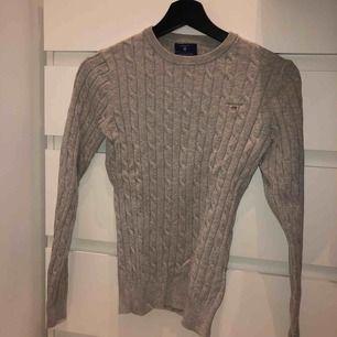 Gant kabel stickad tröja i XS men väldigt stretchig passar mig som brukar vara S. Knappt använd. Perfekt skick. Köparen står för frakten 59kr. Jag tar swish.
