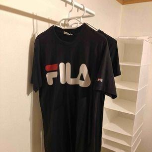 svart Fila tröja.
