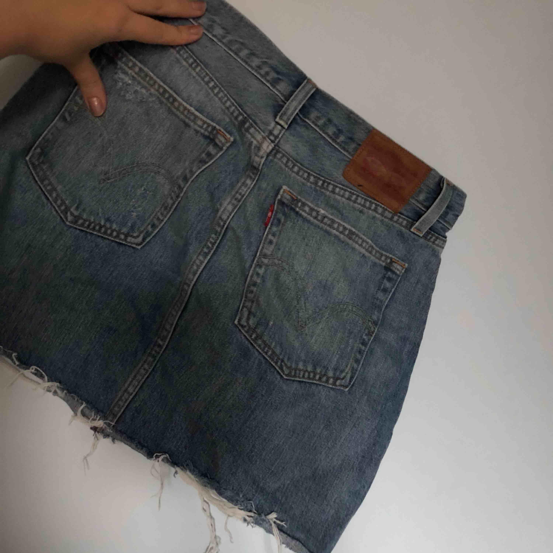 Levis jeans kjol, tyvärr för liten för mig. Köpt på butiken i gallerian. Kjolar.