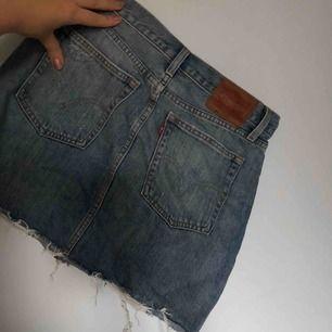 Levis jeans kjol, tyvärr för liten för mig. Köpt på butiken i gallerian