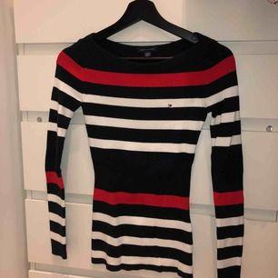 Tommy Hilfiger randig tröja passar mig som är storlek S. Figur sydd och aldrig använd. Köparen står för frakten 59kr å jag tar swish.