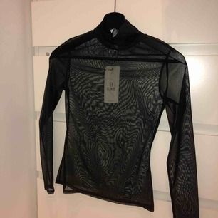 Mesh svart polo tröja. Aldrig använd, prislappen kvar. Köparen står för frakten 49kr. Jag tar swish.