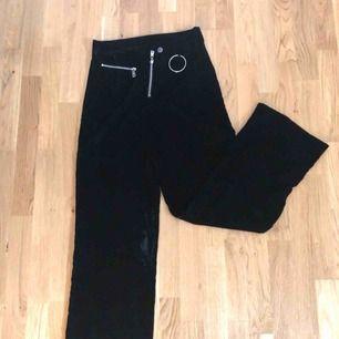 Fina sammets byxor från Bikbok, möts upp i Umeå eller köparen står för frakt