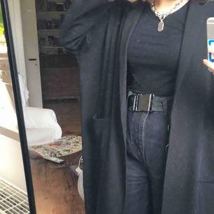 jättefin svart kappa från monki!! frakt ingår💖
