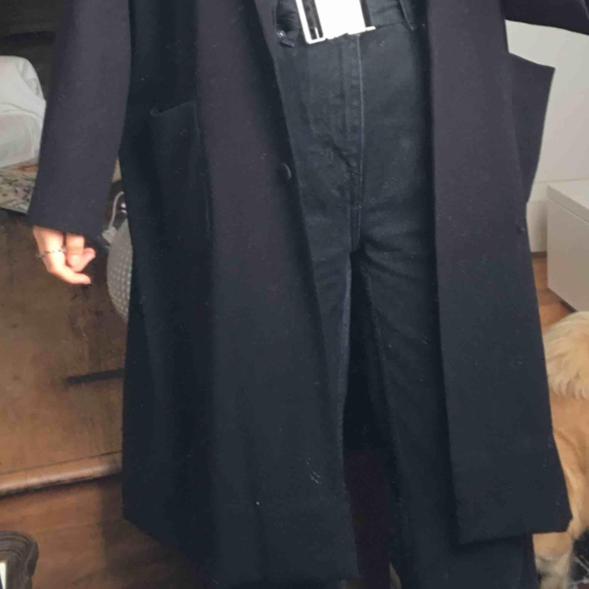 jättefin svart kappa från monki!! frakt ingår💖. Jackor.