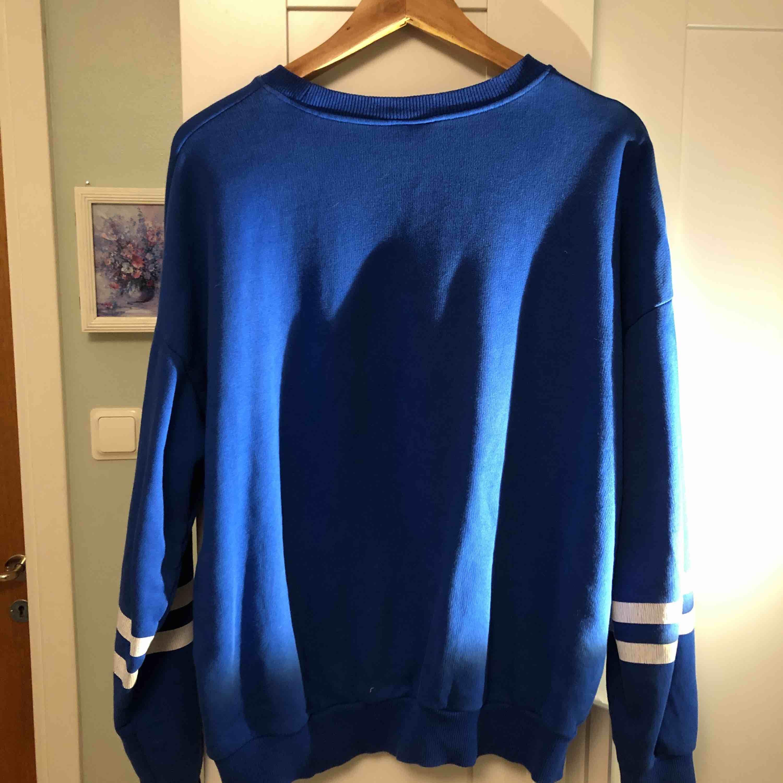 Blå tröja från Gina Tricot i storlek L. Säljs eftersom den blivit för stor.. Huvtröjor & Träningströjor.
