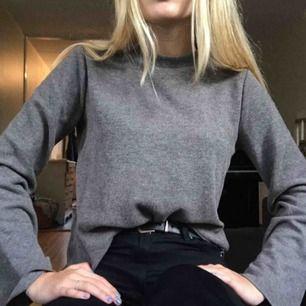 Säljer en jättesöt tröja som är använd fåtal gånger!! Den är grå och har vida ärmar vilket är så jävla snyggt! Vi kan säkert dela på priset för frakten!💓