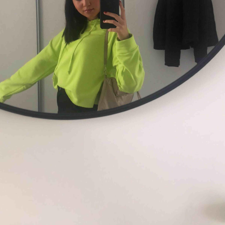 Skitball neongrön hoodie! Storlek M/L men passar mig som vanligtvis är XS/S💕💕💕💕. Huvtröjor & Träningströjor.