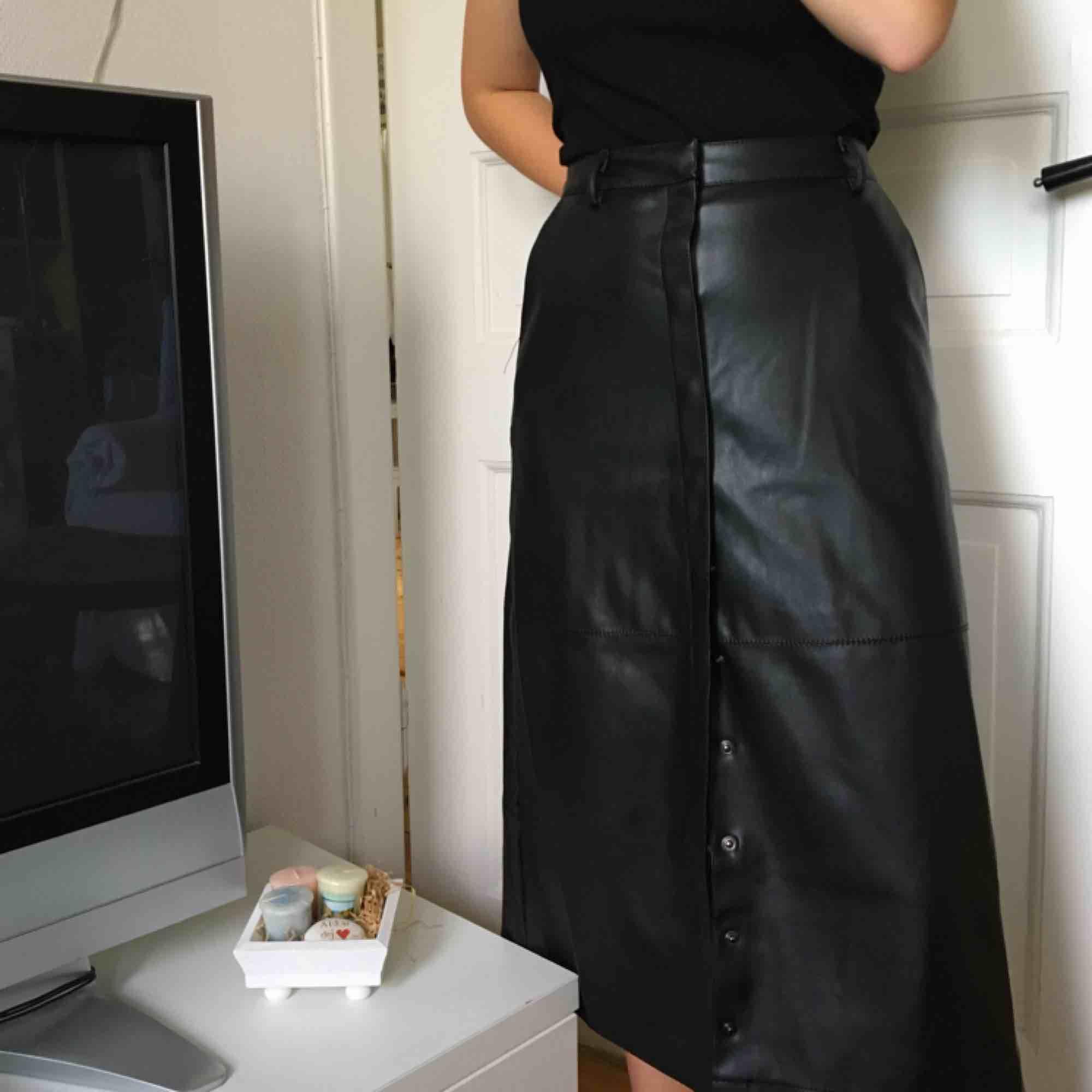 jättesnygg läderkjol (inte äkta såklart) från nakd!💖 endast testad och nypris 700kr. Kjolar.