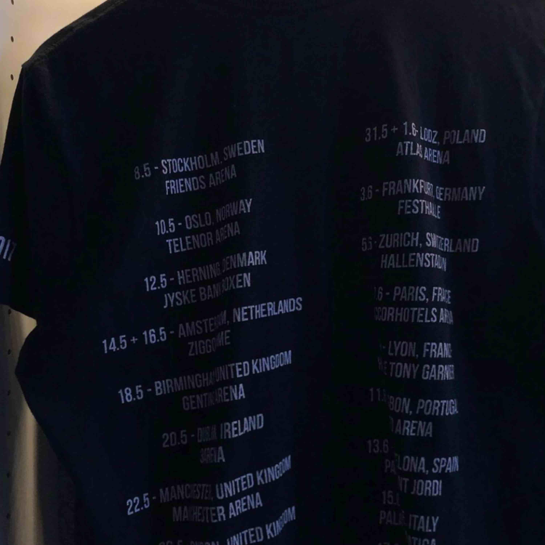 Ariana grande merchandise, köpt på hennes senaste konsert här i Sverige (2017) st M , köpt för 450kr men säljer för runt 150 pris kan diskuteras,kan mötas upp i Sthlm eller frakta men då betalar köparen frakten!. T-shirts.