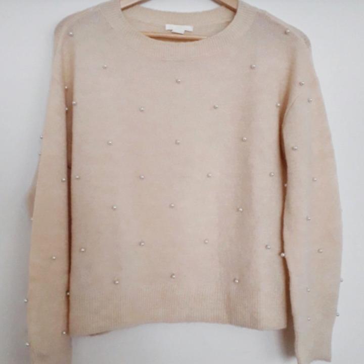 Perfekt nu i höst🍁Mysig cremevit tröja med pärlbrodyr. Fint skick! Frakt: 63:- Spårbart.. Tröjor & Koftor.