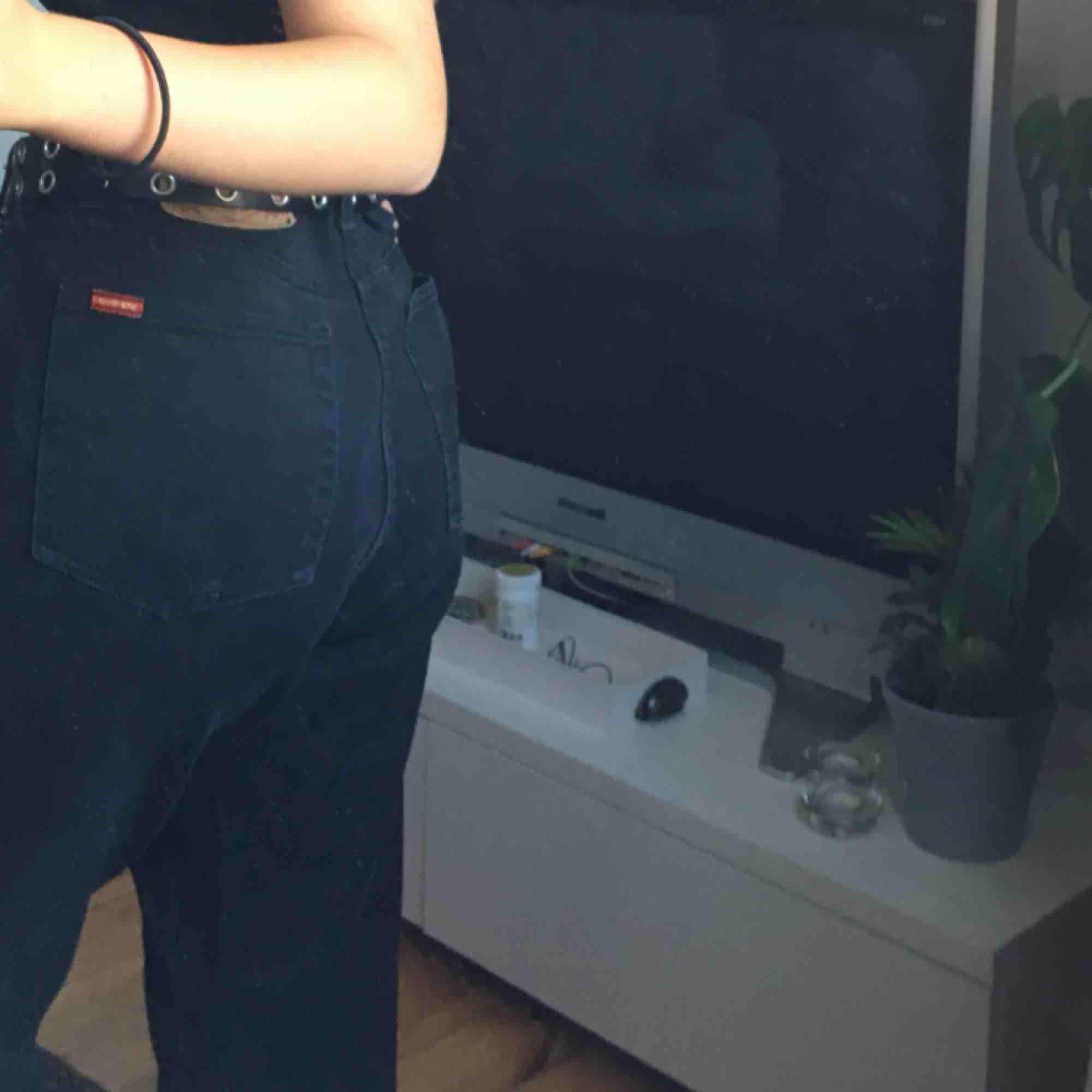 jättecoola jeans från Levis! dock så är det hål i värsta fickan:-/💖. Jeans & Byxor.