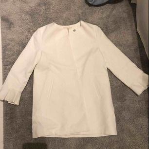 En vit fin kappa från Zara, det är den största barnstorleken som finns men passar mig som har xs⚡️🥰 Det är även volanger på ärmarna som slutar vid armvecken. Frakt ingår inte i priset, men priset kan diskuteras vid snabb affär🤟🏻