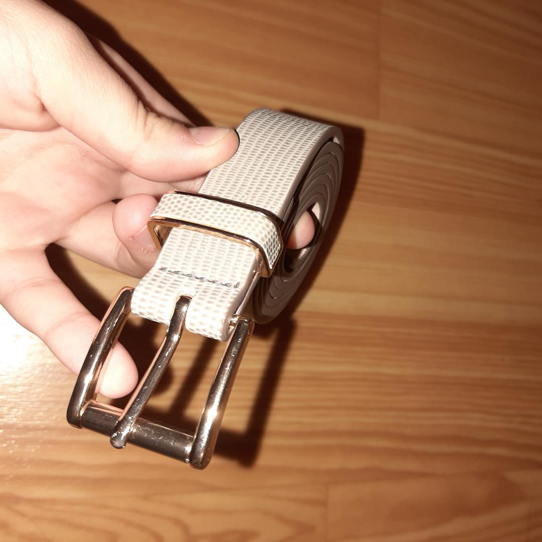 Beige/grå  guld skärp från h&m  ALDRIG ANVÄND.  I perfekt skick. Accessoarer.