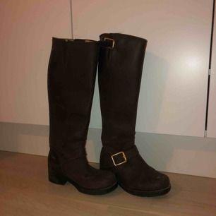 Perfekta skorna nu till vintern!! Johnnybulls, bruna! Passar till alla jeans och väldigt bra när snön kommer. Storlek 35! De är använda en vinter😍säljs pga för små för mig! Möts upp eller så står köparen för frakten